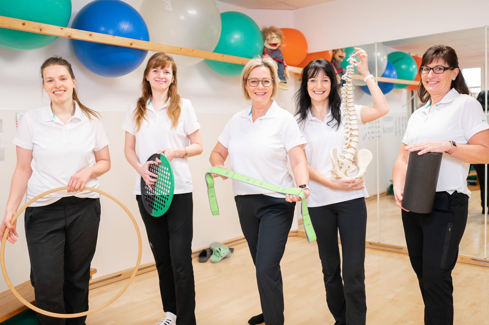Physiotherapie Praxis Petra Wadewitz mit Team im Fitnessraum