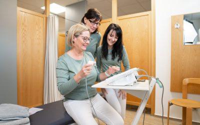 Physiotherapie Praxis Petra Wadewitz, Viola und Daniela im Behandlungsraum